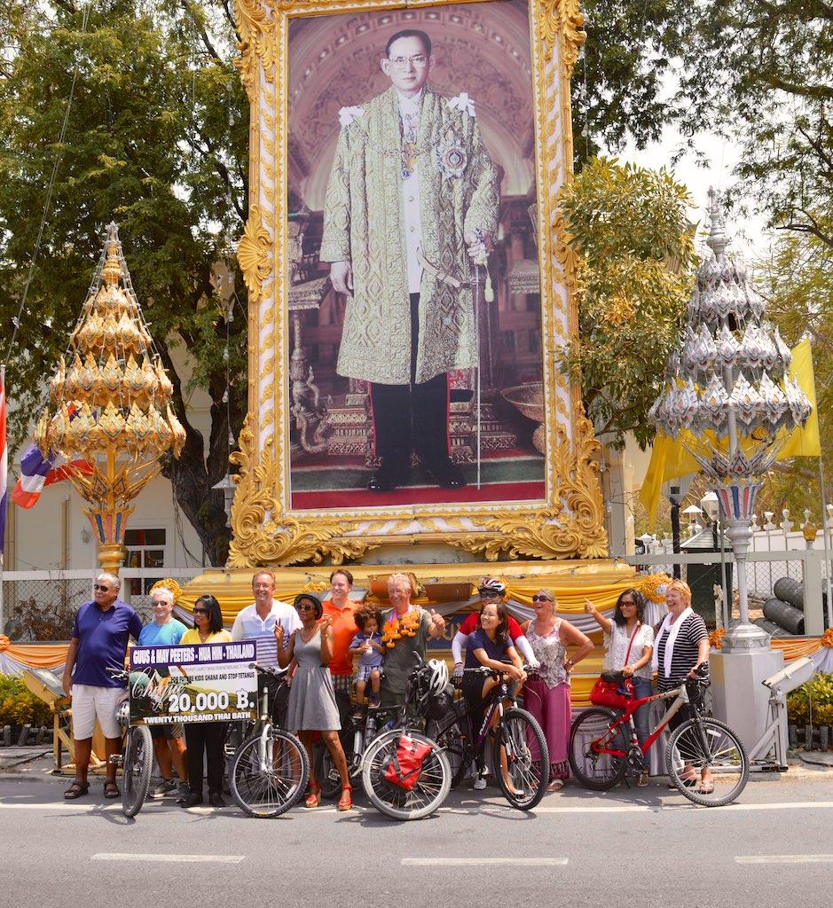 Groepsfoto bij de foto van de Koning