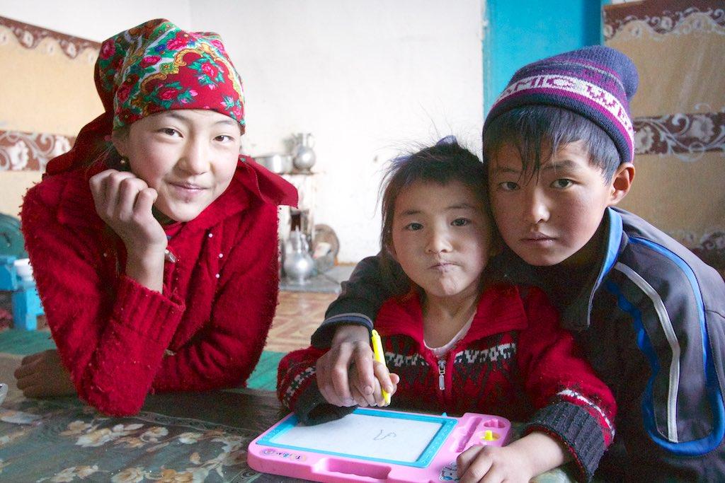 Schrijfles voor een klein zusje. Qarokŭl, Tadzjikistan